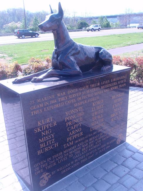 Pomnik na cześć psów Dobermanów wyzwalających Guam w 1944 roku