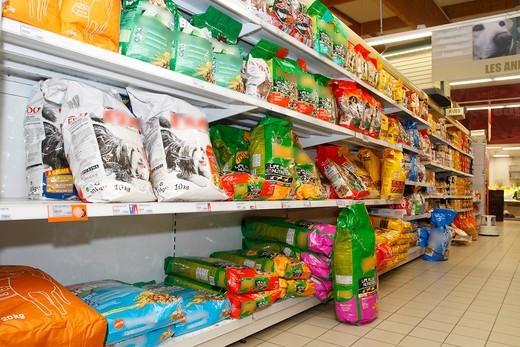 Bogata oferta różnych karm dla różnych ras psów w sklepie zoologicznym