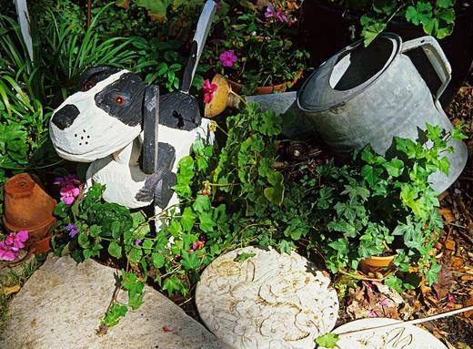 Figurka ogrodowa psa wykonana z drewna