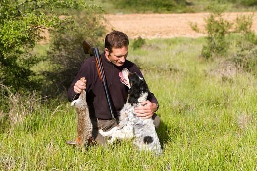 Myśliwy ze swoim psem mysliwskim