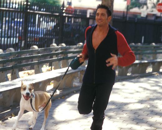 Biegnący mężczyzna i jego ukochany pies