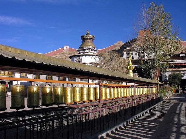 Mlynki modlitewne w tybecie, które kręciły Spaniele tybetańskie