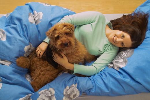 Czy pies może spać z nami w łóżku